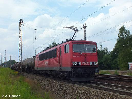 Elektroloks an Kesselwagenzügen müssen (je nach Inhalt der Waggons) oftmals mit vorderem Stromabnehmer aufgebügelt fahren. 155 210-8 untermalt am 16. Juli 2014 diesen Fakt in Leipzig-Thekla