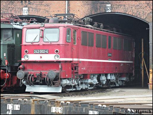 Im Jahr 1989 wurden einige Loks der BR E11 umgebaut und erhielten die Loknummer 242. Hier steht 242 002-4 am 15. September 2012 im SEM Chemnitz