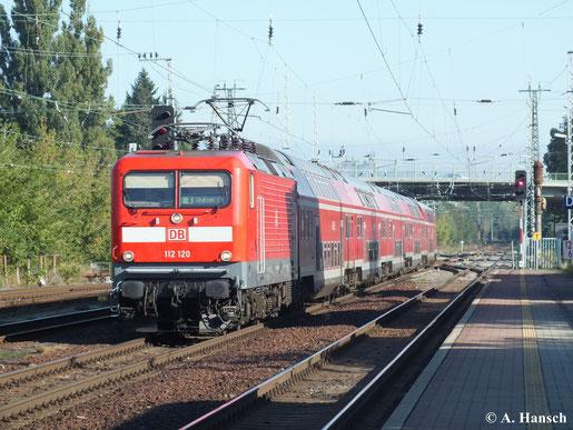 An den RE´s von Elsterwerda nach Stralsund kann man noch regelmäßig die BR 112.1 sehen. So auch am 28. September 2013, als 112 120 mit RE3 nach Stralsund in Elsterwerda an den Bahnsteig rangiert