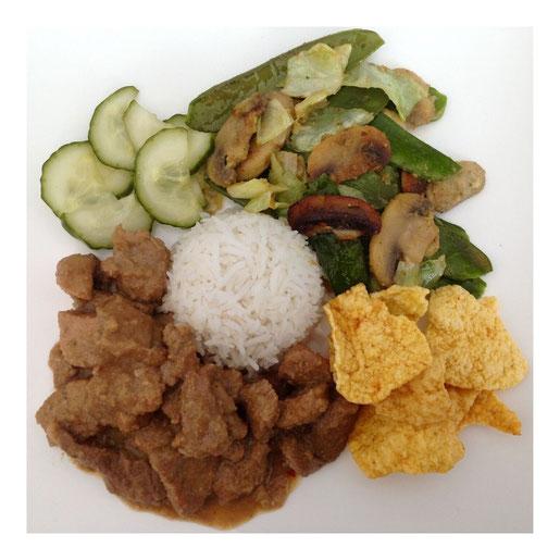 Babi Rudjak met rijst, kroepoek, zoetzure komkommer en roerbakgroenten.