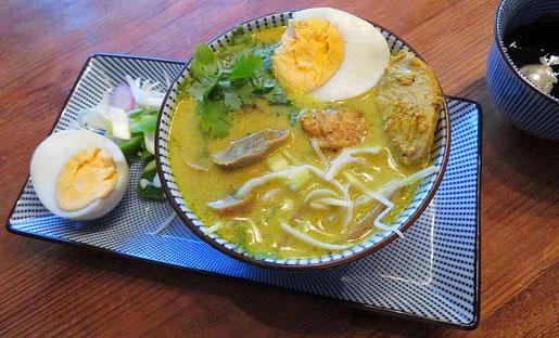 Javaanse kerriesoep met kip, rijstnoedels, bosui en koriander.