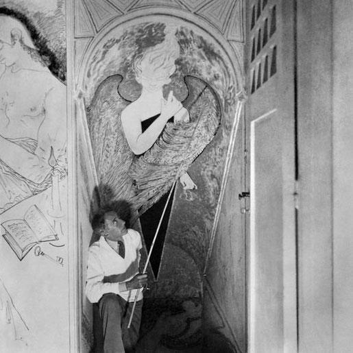 Sous la voûte de l'escalier COCTEAU exécutait la seule  peinture à l'huile de la Villa : LE GENIE du SOMMEIL.