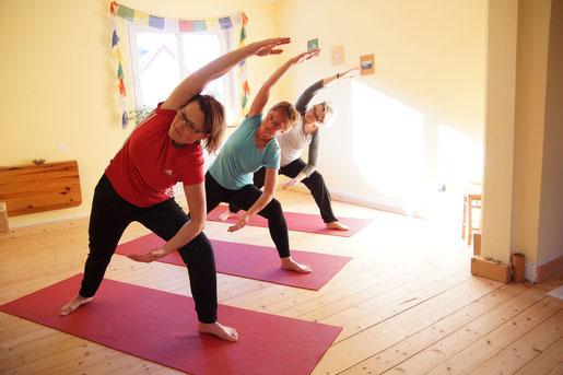 Yoga Studio Shanti Bergisch Gladbach Sand, Yoga-Lehrerin Gudrun WItte, Hatha Yoga, Shivananda Tradition, Seitbeuge