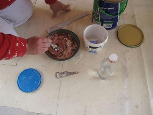 Le mélange se fait avec du pigment couleur terre de sienne brulée et une base de peinture pour façade extérieur blanche.