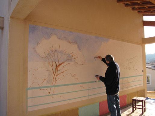 Tony Wahlander donne les premiers coups de pinceaux sur la surface du ciel.