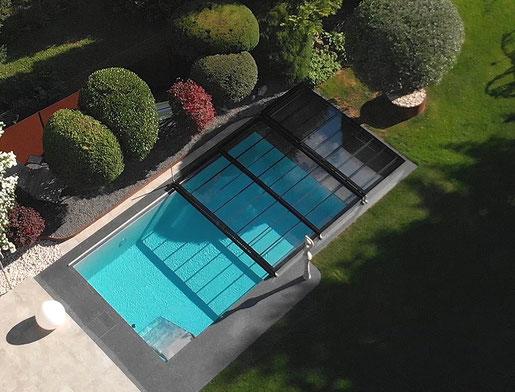 Die Aura E2G Poolüberdachung gibt es mit Einscheibensicherheitsglas (ESG). Darin kann man sich spiegeln denn für die Rahmenlose Optik sorgt der schwarze Emailstreifen.