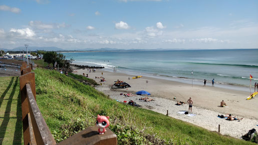 La plage de Byron Bay avec les montagnes en arrière plan