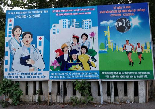Une des nombreuses affiches de propagande aux alentours du musée