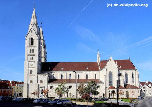 """Der Dom im Stadtzentrum von Wiener Neustadt befindet sich in dem historischen  """"Liebfrauenviertel"""" nahe der alten Stadtmauer."""