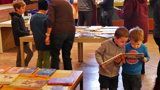 Die Buchausstellung am ersten Advent Wochenende bot wiederum eine gute Auswahl an wertvollen Büchern für jung und alt.