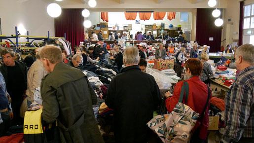 Beim Herbstflohmarkt gibt es ein großes Angebot von Kleidung, Schuhen, Taschen,  Tisch- und Bettwäsche, Sportgeräte, Sportgewand, Elektro- und Haushaltsgeräten. Foto vom Flohmarkt im Oktober 2017.
