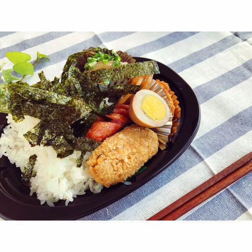500円で食べれるお弁当の写真。揚げ物、ウインナー、煮卵、煮物などが入っている