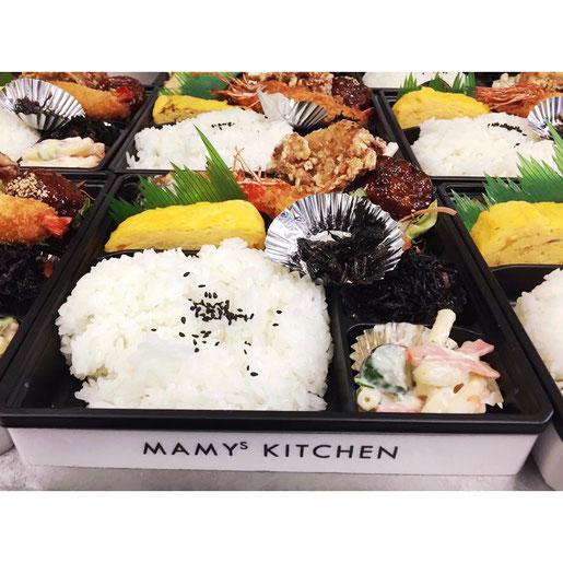マミーズキッチンのマミーズ幕の内弁当の写真。内容は、大きいエビフライ、から揚げ、肉だんごなどが入っています。