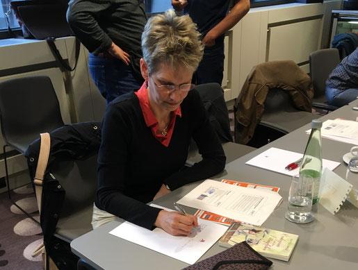 Delmenhorster Schrifstellerin Katy Buchholz sitzt am Tisch und schreibt / Autoren-Coaching / Frankfurter Buchmesse
