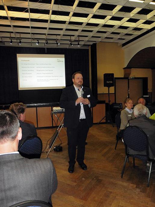 Hr. Springfeld spricht zu den Besuchern in ein Mikrofon