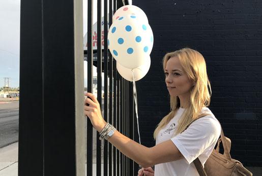 Porträt Street Art Gitter Zaun Las Vegas Luftballon Auswandern Show USA Roadtrip Reise Blogger Blog Armed Angels Armedangels Mode Fashionblog
