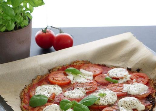 Ruccola Pizza mit Chia-Blumenkohl-Teig | vegetarisch & low carb