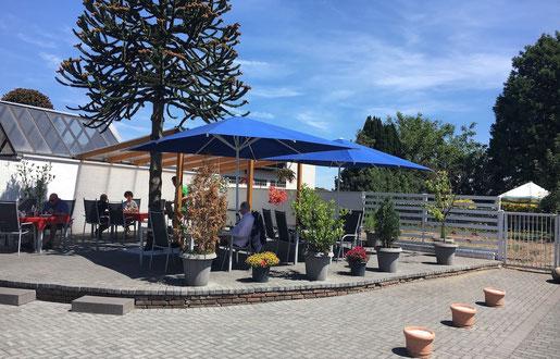 Kleine Gatronomie-Terrasse mit Sonnenschirmen