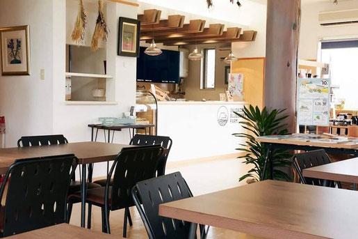 リニューアルされおしゃれな空間、ブルーベリーで有名なカフェテリアアペゼ店内の様子