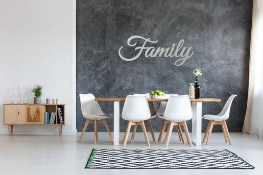 Family Schriftzug aus Metall an der Wand