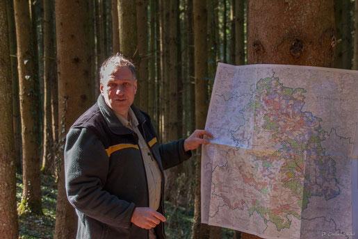 Gert Pfeiffer erläutert die Verteilung des Waldbesitzes im Rems-Mrur-Kreis