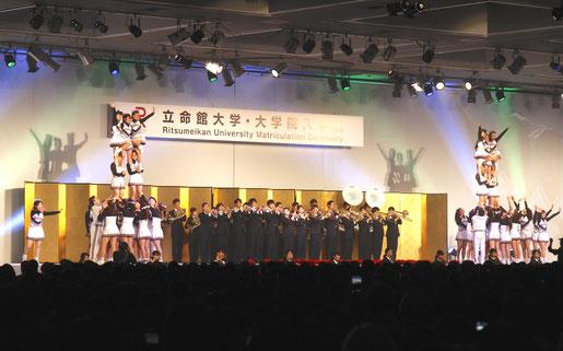 入学式後の新入生歓迎セレモニーで演舞・演奏を披露する応援団