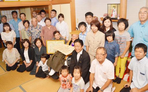 最後に全員で記念撮影を行った=19日、平得の東蔵盛さん宅