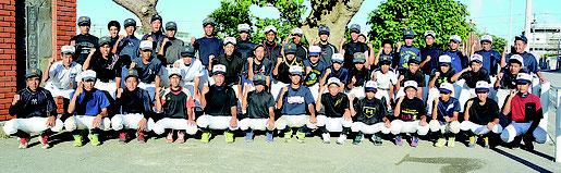 石垣第二中学校野球部が「優勝目指しがんばるぞ!」と気勢を上げた=20日午後、同校校門