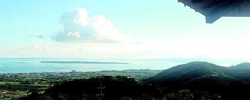 正面に見えるのが竹富島(標高33㍍)。後方に黒島(同15㍍)、波照間島(約60㍍)と続く=22日午後、バンナ公園展望台