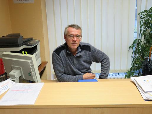 Unser Verwaltungsassistent Herr Moers an seinem Arbeitsplatz im SLZ