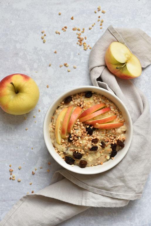 Bratapfel Porridge - super Frühstück bei schmuddeligem Herbst und Winterwetter, mit Haferflocken, Äpfeln, Rosinen und gerösteten Mandeln