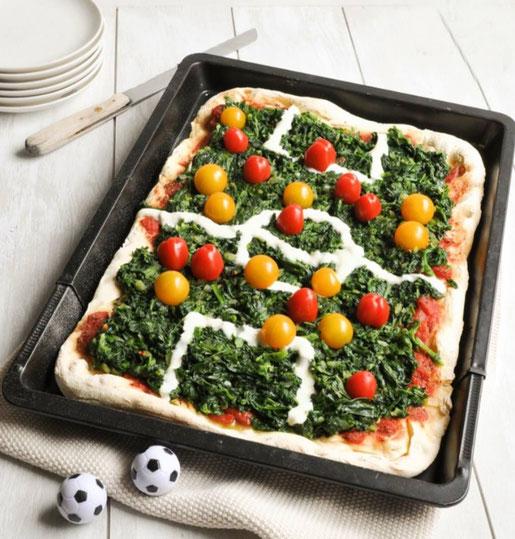 Fußball Pizza Spinat Tomaten