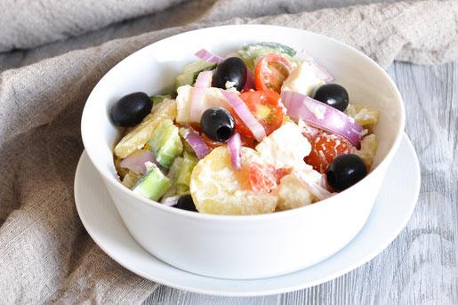 Kartoffelsalat trifft griechischen Salat - statt mit grünem Salat kommen in diesen Salat Kartoffeln - eine tolle Kombi, super als Alternative zu klassischem Kartoffelsalat zum Grillen