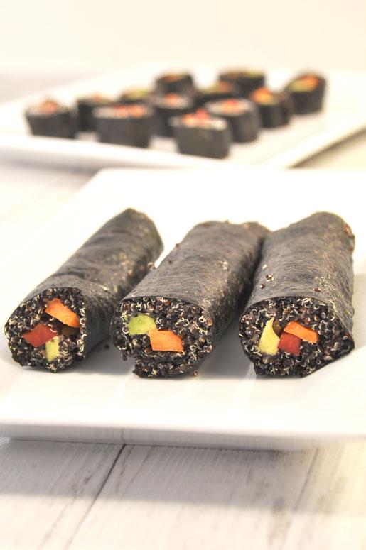 schwarzes Sushi mit Quinoa statt Reis vegetarisch und vegan