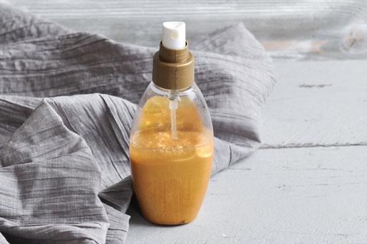 selbst gemachtes Glitzer Bodyspray für einen leichten Gold Glimmer auf der Haut