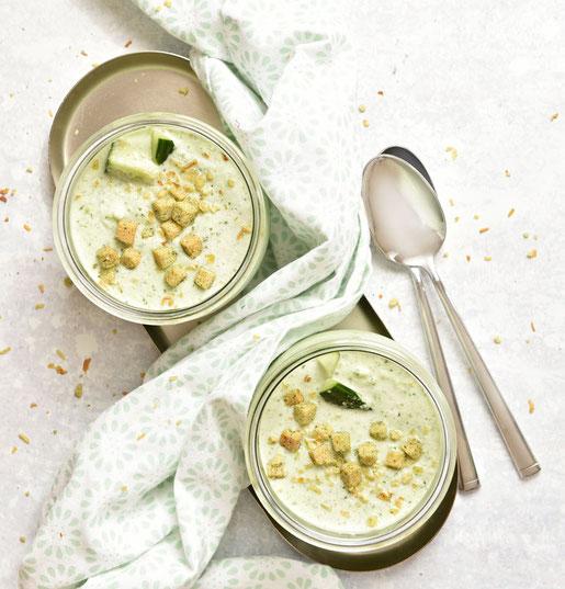 Kalte Gurkensuppe mit Joghurt, genau das richtige Mittagessen bei dieser Hitze im Sommer mit Eiswürfeln gemacht aus dem Thermomix