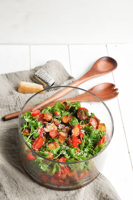 Brezel Salat Brot Salat mit Tomaten und Rucola passt super zum Grillen oder für das Buffet einer Geburtstagsfeier etc. Vegetarisch, vegan möglich.