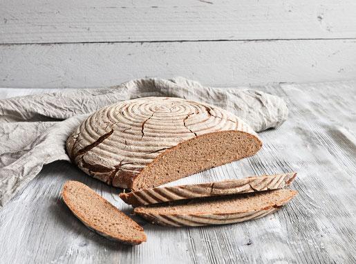 Freigeschobenes Brot selber backen, z.B. dieses Roggenbrot mit Sauerteig und minimalem Weizenmehl-Anteil, z.B. aus dem Thermomix, für Anfänger geeignet