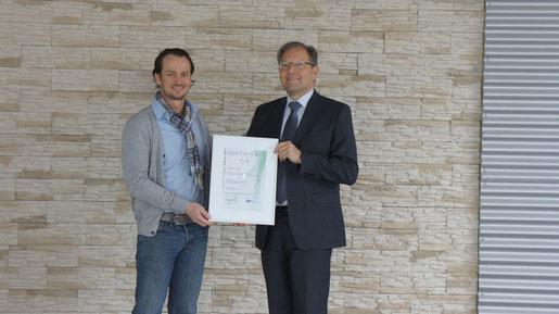 Das Werntal-Autohaus Müller erfüllt die Normen der ISO 9001. Dazu gratulierte DEKRA-Niederlassungsleiter Werner Schech (rechts) dem Geschäftsführer des Werntal-Autohauses Thomas Müller mit der Übergabe der Zertifizierungs-Urkunde