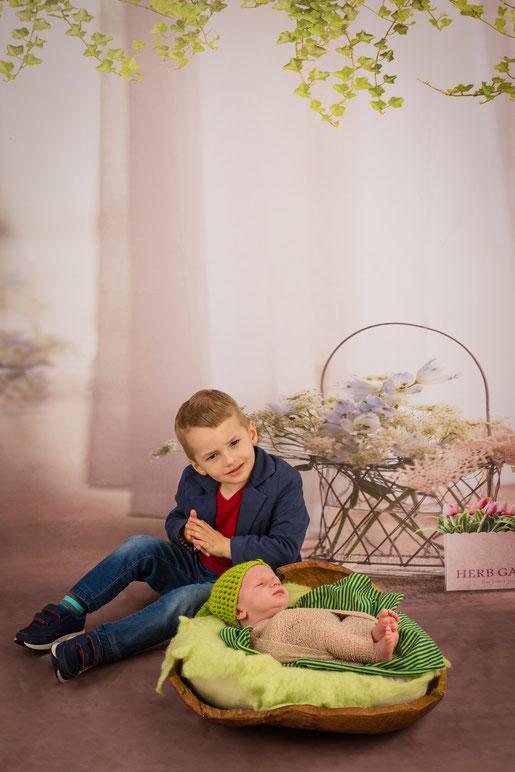 twee jongens poseren met bloemen