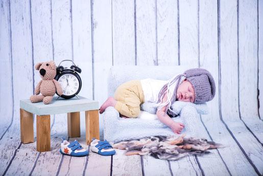 slapende baby op een stoel