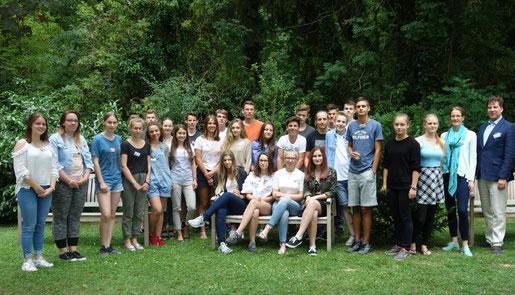 Liza mit den anderen Teilnehmer in Stuttgart beim Vorbereitungsseminar