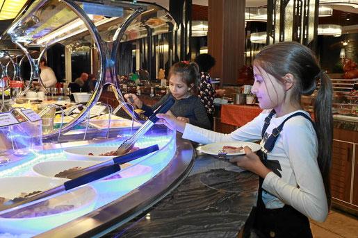 Keine Wartezeiten und viel Auswahl. Das Buffet, sehr beliebt bei Kindern.