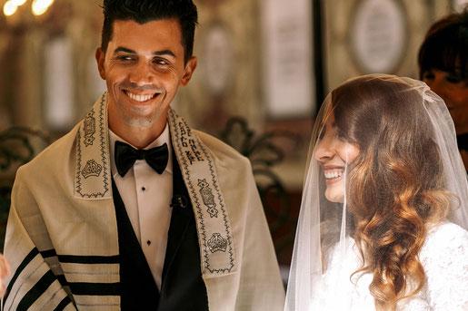 Bei diesem jüdischen Trauritual umkreist die Braut sieben Mal ihren Bräutigam
