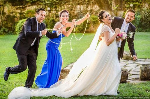 In Argentinien feiert man ein Trauritual, bei dem das Brautpaar mit einem Rosenkranz gefesselt wird