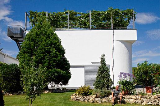 Mächtig stolz darf Jochen Kreutzenberger auf den harmonischen Anbau des Kelterhauses sein, der 2007 fertiggestellt wurde. Die aussichtsreiche Dachterrasse wird ganzflächig von einer Pergola überspannt und im Sommer von üppigem Weinlaub beschattet.
