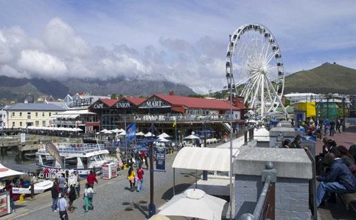 """Kapstadt: V&A Waterfront und der Tafelberg mit """"Tischtuch"""""""