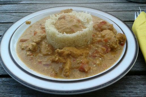Chicken Tikka Masala - ein Currygericht aus marinierten Hähnchenfleischstücken in einer würzigen Tomatensoße