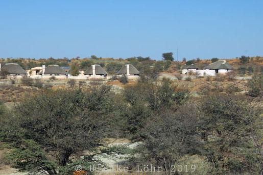 Blick vom Camp Twee Rivieren (Südafrika) auf das Camp Two Rivers (Botswana)