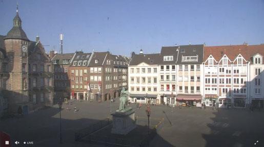 Screenshot: Blick auf den Marktplatz vor dem Düsseldorfer Rathaus mit dem Jan-Wellem-Denkmal